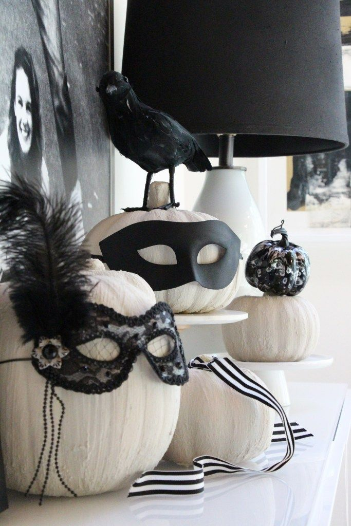 Elegant Halloween decor for fall, black and white Halloween decor ideas, pumpkins with mask