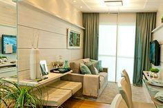 Apartamento 65 m² com sala de aproximadamente 9 m². Painéis em madeira com frisos, sofá em suede, a prancha suspensa faz às vezes da mesa lateral, onde foi embutido dois bancos barcelona em couro. O azul traz cor ao ambiente que tem base neutra. Projeto de Ester Kloss & Helaine Pinterich.