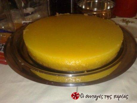 Η συνταγή είναι από την εκπομπή του Παρλιάρου «Γλυκές αλχημείες» στις 20-3-10. Ουσιαστικά η βάση είναι ένα κέικ νηστίσιμο, στο οποίο επάνω μπαίνει η κρέμα πορτοκάλι.