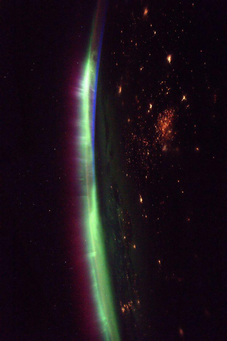 Maravillosa imagen del astronauta Thomas Pasquet desde la ISS. La Luz de una aurora compite con la de las ciudades. Qué pasada!!!