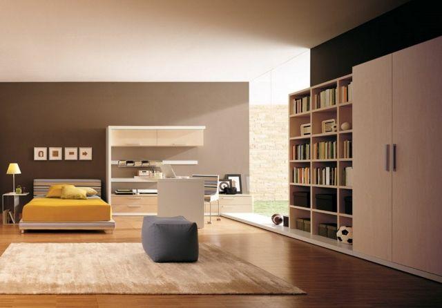 un mur en marron et beige clair et un lit escamotable jaune dans le salon