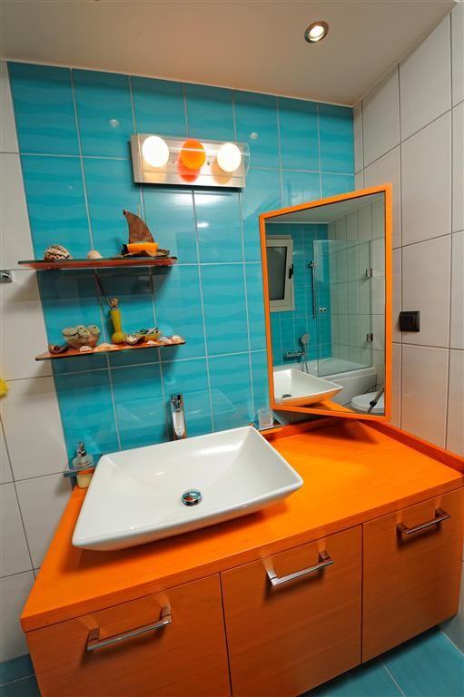 Μοντέρνο έπιπλο μπάνιου από λουστραριστό δρυ και κόντρα πλακέ θαλάσσης.