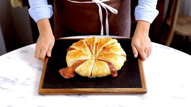 Receita com instruções em vídeo: Essa torta de bacon e queijo vai te deixar com água na boca.  Ingredientes: 300g de massa folhada (1 pacote), 8 tiras de bacon, 4 ovos cozidos picados, 200g de queijo muçarela ralado, 1 ovo batido para pincelar