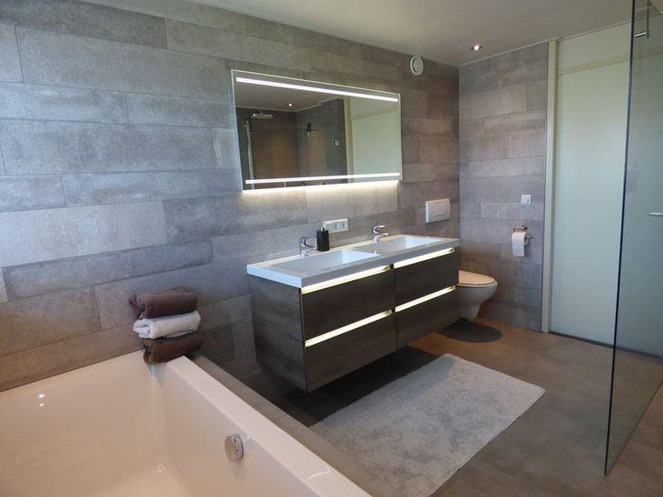 Moderne badkamer met LED-verlichting in het meubel, gerealiseerd door Sanidrõme van Lieshout Veghel.