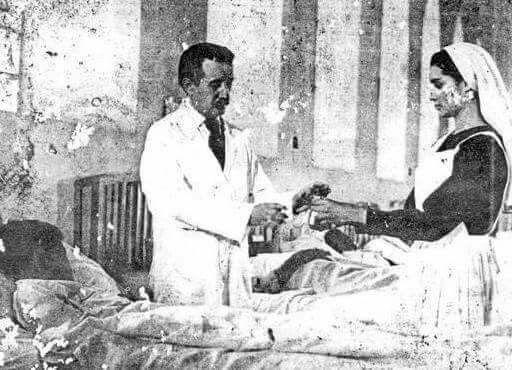 Única foto del Dr Jose Gregorio Hernandez atendiendo enfermos. .-