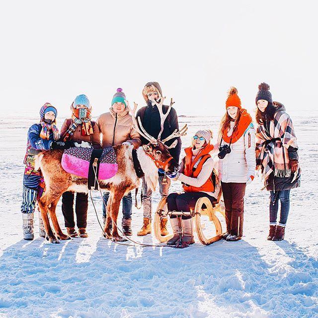 Смотрите, какая банда снеговиков! Это мы, участники #3дня🌡минус20. Расскажу о каждом, начиная с попы оленя: - в самом начале (😂) стою я. Меня вы знаете, я - Кристина, фотограф, и да - это моя профессия. Обычно я - самая низкая в команде, за редким исключением, поэтому как сняты те снимки людей на льду по прежнему останется загадкой 😁. - Саша @pankratova916 - студентка МАРХИ и будущий архитектор, как мы надеемся. Но целеустремления Саше не занимать. У себя в аккаунте Саша публикует снимки…
