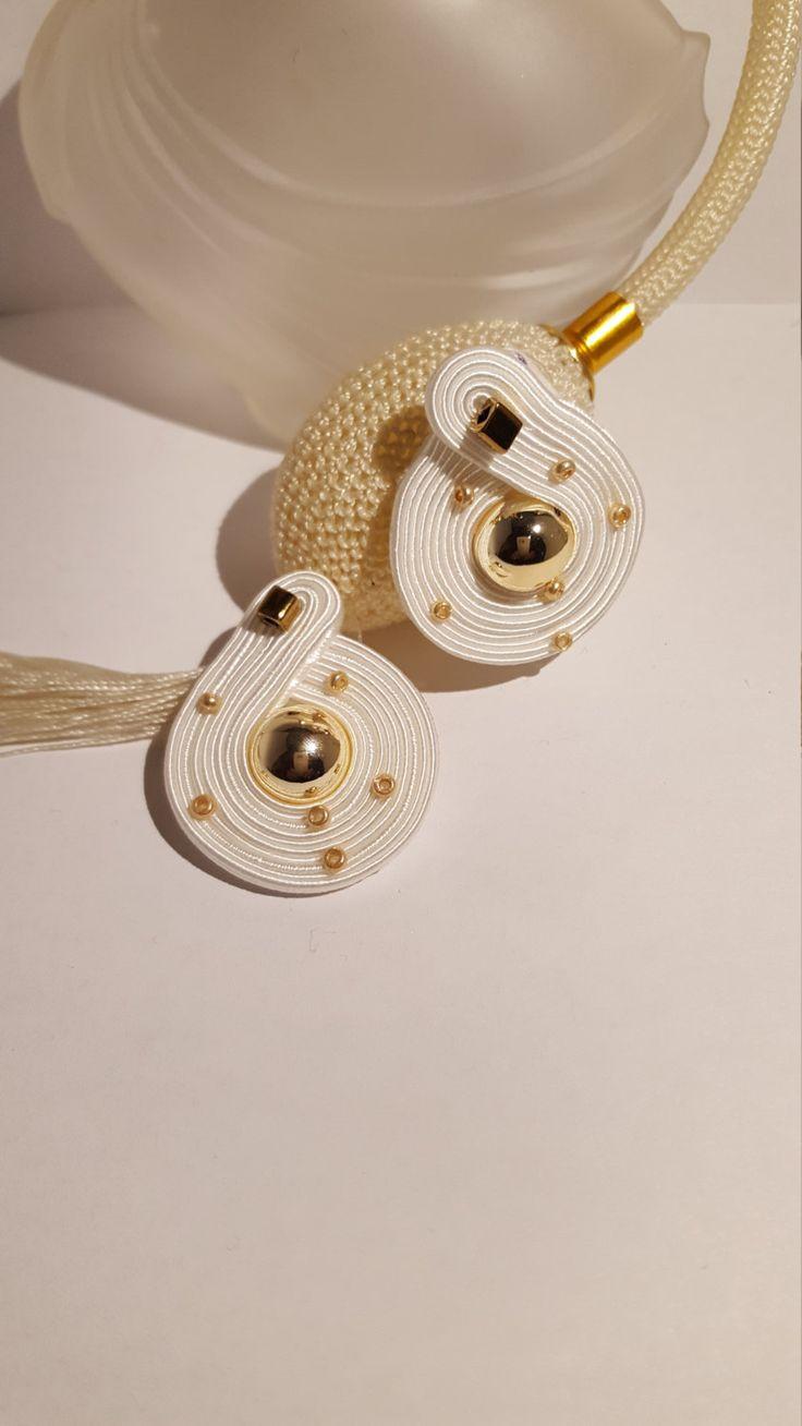 Boucles doreilles or blanc soutache par CristallinaDiMihai sur Etsy