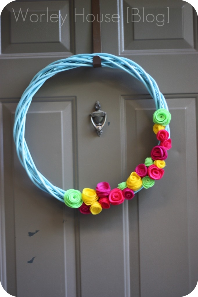 I need to make one of these for my door.  Especially considering my door has had an empty wreath hanger on it since Christmas.