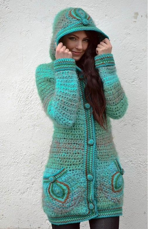 Teplučký háčkovaný kabátik azúrovej(svetlotyrkysovej) farby vyhotovený kombináciou pletacích priadzí. Priadze sú tónované do farieb: azúrová-zelená-bledohnedá. Na vreckách a kapucni sú vyšité aplik...