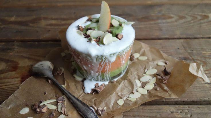 Geschichtete Smoothiebowl mit Spinat, Blutorange und Kokosmilch