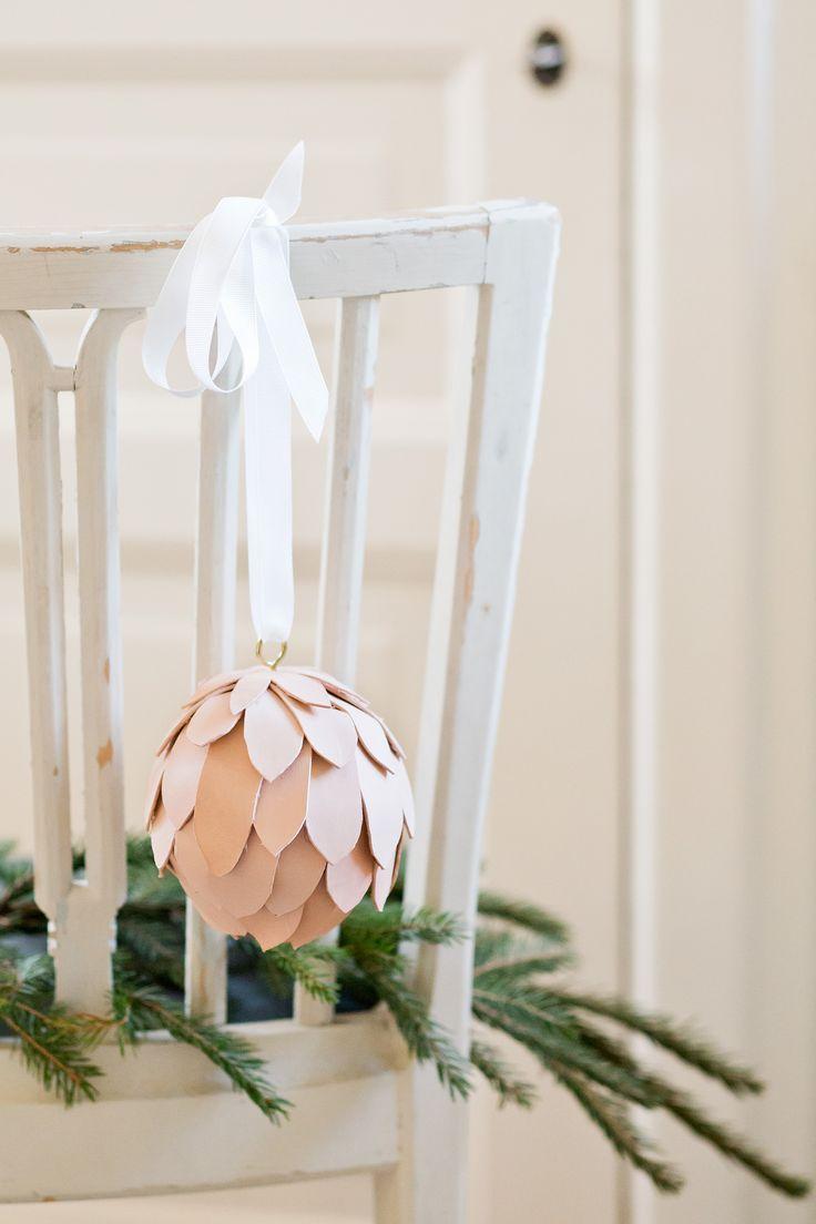 Julkotte i skinn   Leather scrap pinecone christmas ornament