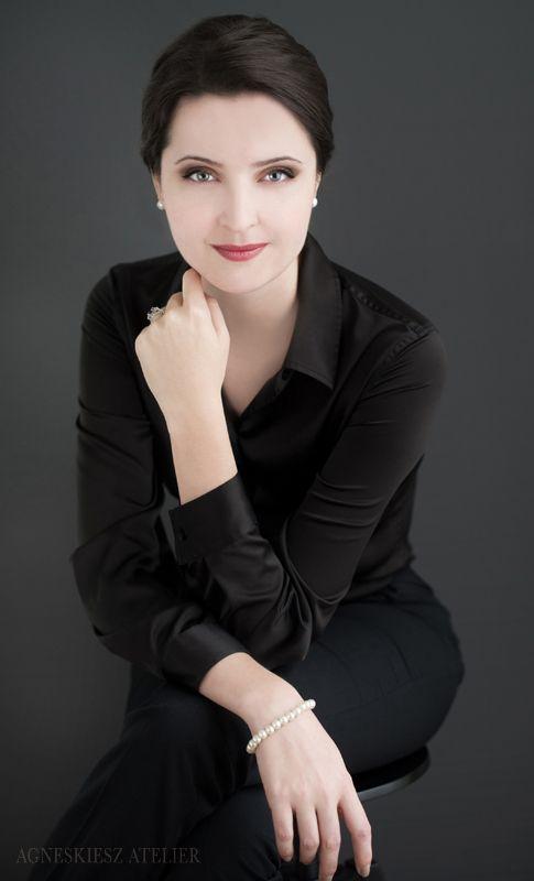 Business (Headshot) - Portrait - Photography - Pose Inspiration - Pose Idea
