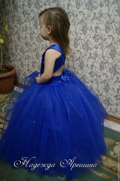 Купить или заказать Платье на девочку 'Синяя принцесска' в интернет-магазине на Ярмарке Мастеров. Изготавливаю пышные нарядные платья ручной работы для ваших маленьких принцесс по индивидуальным размерам и с учетом ваших пожеланий! Платье изготовлено из креп-сатина стрейч, юбка выполнена из фатина средней жесткости с подьюбником ( 3 слоя) и оригинального еврофатина (2 слоя) украшенная стразами. Лиф платья выполнен из креп-сатина стрейч, спинка состоит из двух симетричных полос , что п...