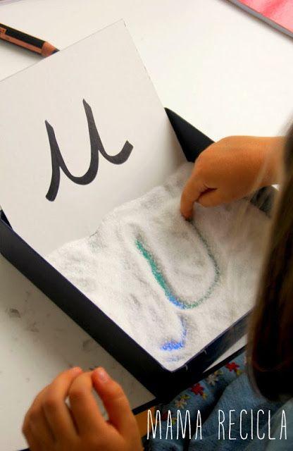 Pinta el fondo de una caja de colores y llénala de arena