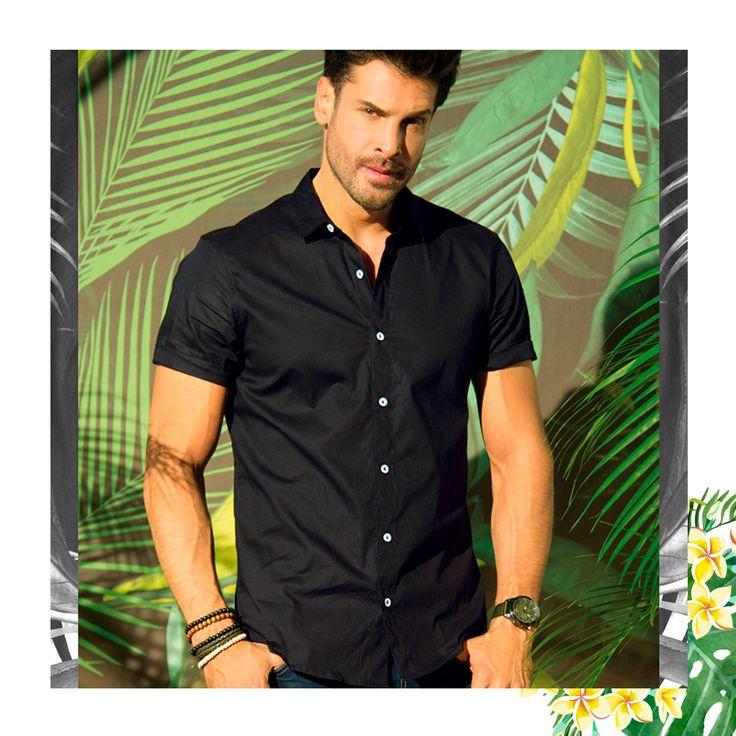 """89 Me gusta, 5 comentarios - Revista Carmel (@revistacarmel) en Instagram: """"Una camisa negra es la prenda infaltable en el clóset de tu #HombreIstinto. #INMen"""""""