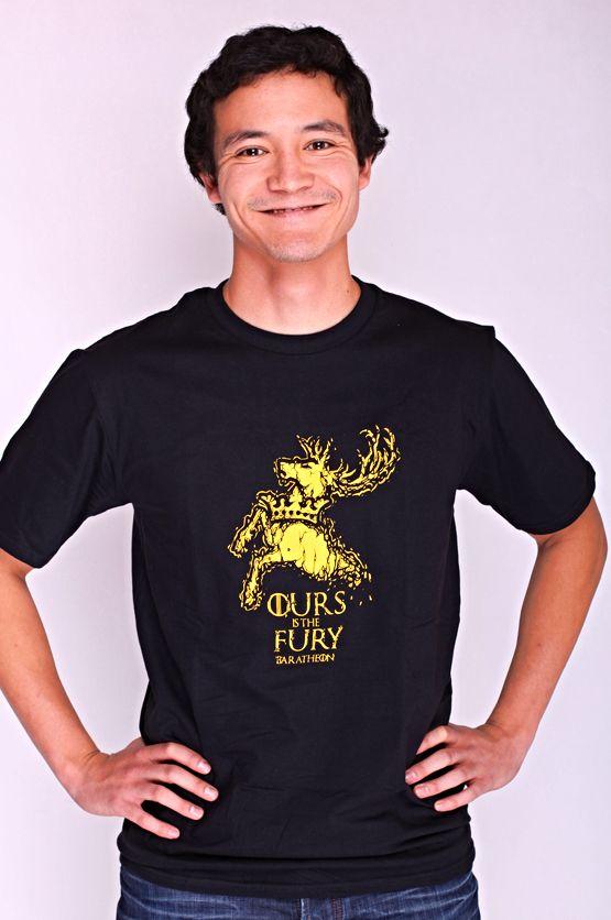 """T-shirt Baratheon Dit rechte model T-shirt voor mannen is gemaakt van voorgekrompen ringgesponnen katoen en heeft een opdruk met het symbool van het 'Huis Baratheon'. Bekend van de HBO TV serie """"Game of Thrones"""" en de tekst: """"Ours is the Fury."""". De hoge kwaliteit en goede verwerking zijn zichtbaar in de dubbele naden aan de mouwen en de zoom en de tweevoudig gelegde kraag in 1X1 ripp."""