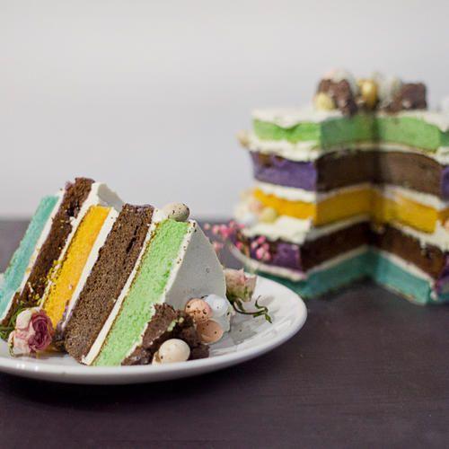 """Торт """"В стране Чудес""""  Торт с разноцветными коржами и ганашем, стекающим вверх, - позвольте невозможному осуществиться! Лавандовый ганаш, черемуховый бисквит. Крем на основе заварного. Торт состоит из 5 коржей: 2 черемуховых, 3 ванильных. Вес: 2,5 кг."""
