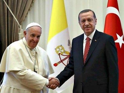 Paus Fransiskus dan Presiden Turki Recep Tayip Erdogan. Turki mengutuk Paus yang mengatakan bahwa pembantaian terhadap warga Armenia adalah genosida. Foto : breitbart.news