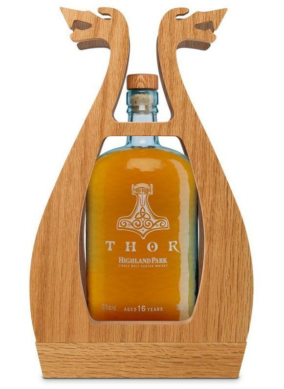 """""""Thor"""", um single malte de 16 anos fabricado pela Highland Park, não é feito para criancinhas. Forte e encorpado, a embalagem é um capítulo à parte. Além do martelo estilizado impresso na garrafa, um """"case"""" de madeira lembrando a proa de um tradicional barco nórdico, garante o visual único. Custa 245 dólares"""