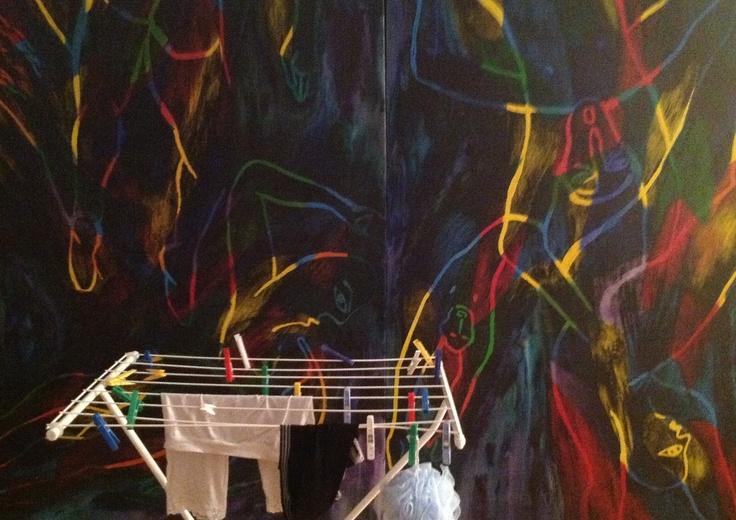 séchage et épingles à linge toutes couleurs devant huile sèche coloree