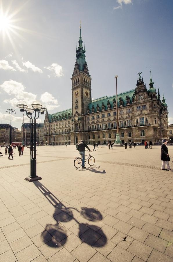Retro Roller Tour Hamburg: Wer sich nach einem sonnigen Plätzchen in der Mittagspause sehnt, warum nicht mit dem Roller zum Rathausmarkt! Visit: www.minimoto.me