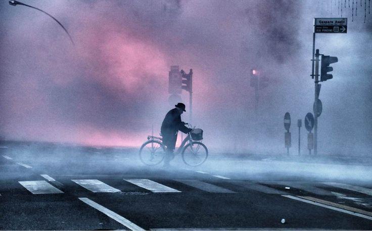 Cremona, il signore in bici nella città sotto assedio