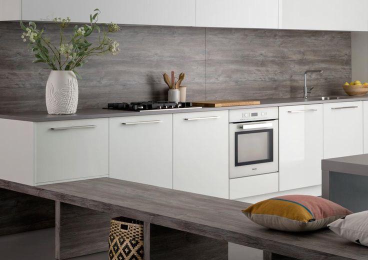 Als één van de grootste keukenmerken in de Nederlandse keukenmarkt blijft Keller Keukens ons verrassen. Met een minimalistisch design oogt deze eenvoudige keuken fris en praktisch. Een ideaal ontwerp voor wanneer je met keuken accessoires, vazen, kussentjes en dergelijken los wilt gaan! Voor meer informatie ben je meer dan welkom in onze keukenshowroom.