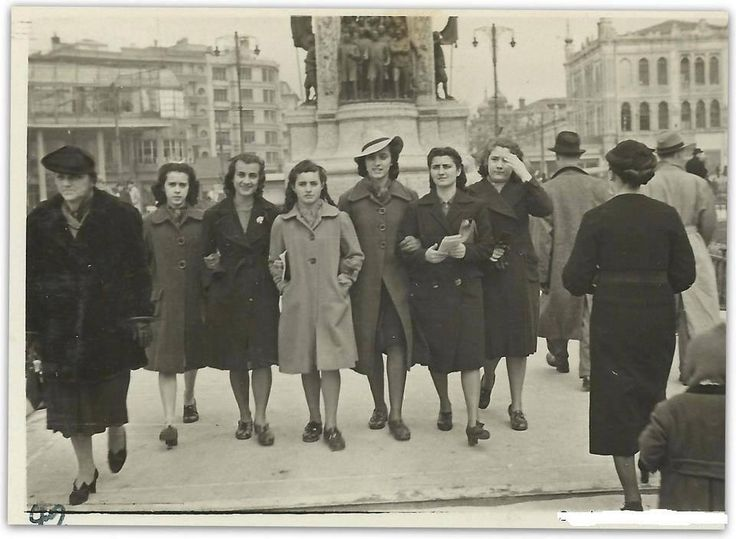1935- Taksim altı kişi kol kola geze biliyormuş polis sormamış mı onlara... Dahamı özgürmüşüz o yıllarda ne...