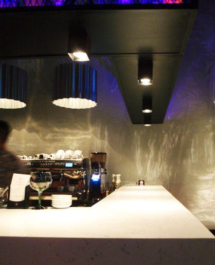 Φωτισμός μπάρας σε café bar με μεταλλικά φωτιστικά από τσίγκο και κύβους. Δείτε περισσότερα έργα μας στο  http://www.artease.gr/interior-design/emporikoi-xoroi/