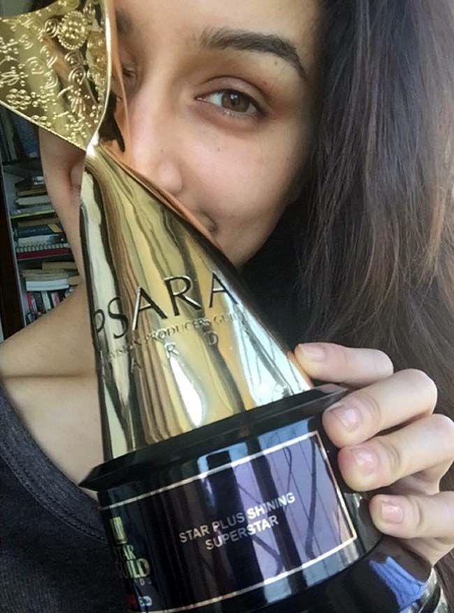 Shraddha Kapoor wtih her Apsara Guild Awards trophy.