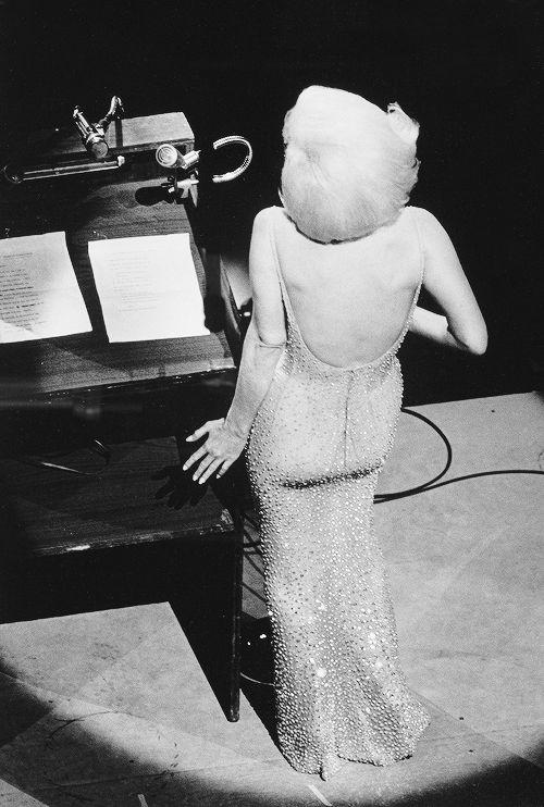 """Концерт по случаю 45-летия президента США Джона Кеннеди. В субботу вечером, 19 мая 1962 года на Медисон-сквер-гарден. На концерте Мэрилин Монро пела """"Happy Birthday Mr. President"""". Праздник проводили заранее: президент родился 29 мая. Поздравить Джона Кеннеди приехали выдающиеся личности своего времени. Для него пела Элла Фицджеральд (к слову, любимая певица Мэрилин Монро) и Мария Каллас."""