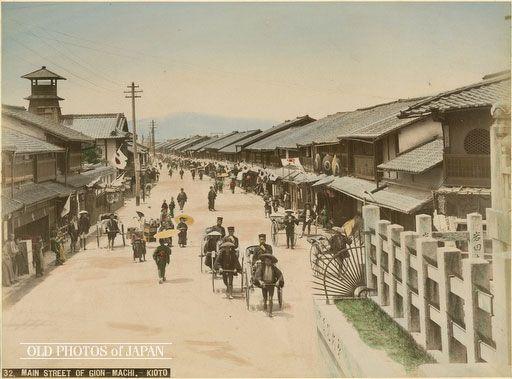 1890年頃、京都の歓楽街の祇園を八坂神社の石段から撮ったもの。                                                                                                                                                                                 もっと見る