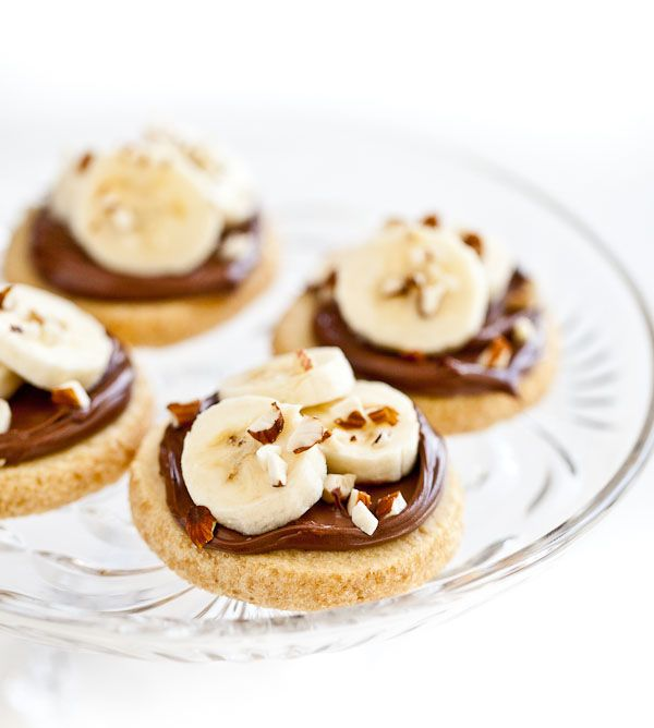 Shortbread cookies with nutella, banana, and almonds: Desserts, Bananas Biscuits, Nutella Shortbread, Sweeter Sweetssss, Almonds Recipe, Shortbread Cookies, Bananas Shortbread, Nutella Recipe, Baking Sweet