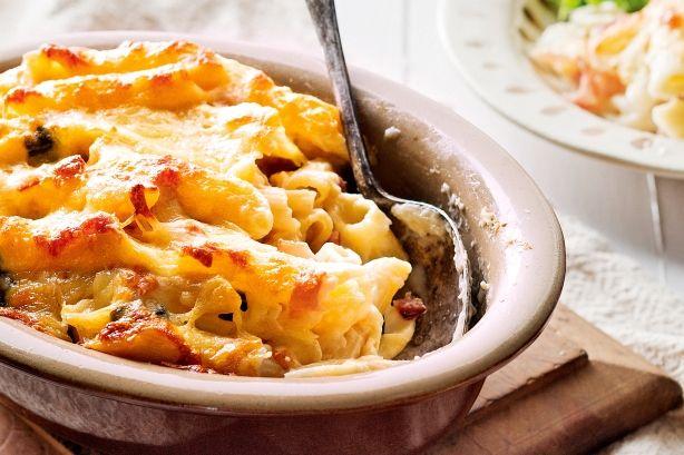 Μια συνταγή για ένα υπέροχο πιάτο ζυμαρικών. Ένα νοστιμότατο σουφλέ με πένες, ζαμπόν, βασιλικό, σε κρεμώδη σάλτσα, 'πνιγμένο' στα λιωμένα τυριά για το καθη