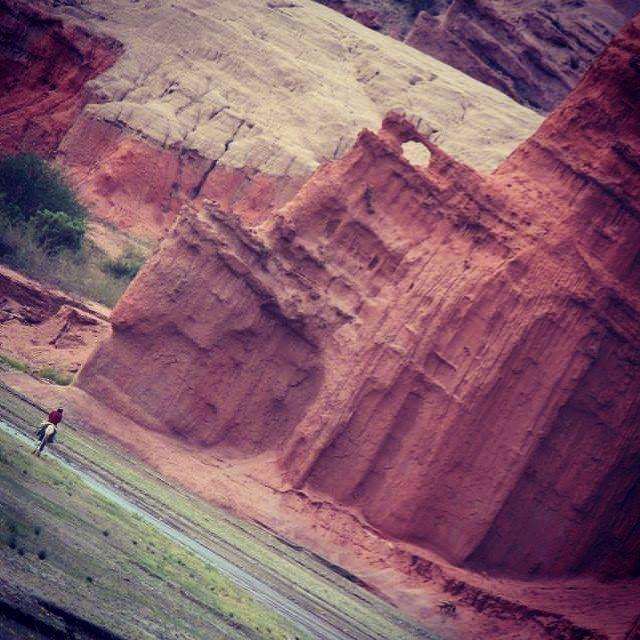 Cafayate, Argentina nos muestra la belleza de la naturaleza en color ladrillo con sus cielos azules... los gauchos también hacen parte de este inolvidable paisaje.  #cafayate #salta #argentina #suramérica #viajeros #overlandera #ruta40