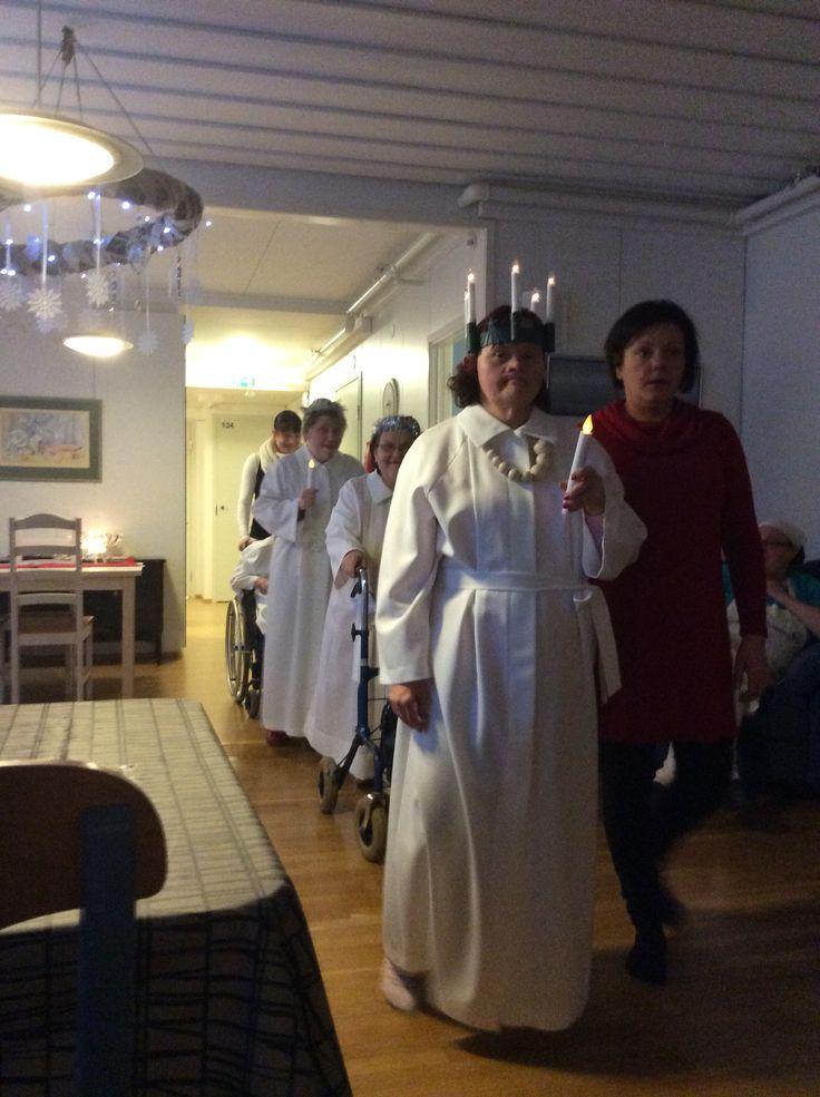 Lucia-neidot toivat valon Aspa-koti Koskensiipeen.