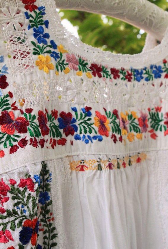 メキシコ刺繍のブラウス「サンアントニーノ」 メキシコ、オアハカ州のサン・アントニーノという知る人ぞ知る刺繍村があります。 オアハカに咲く季節の花を思いを込めて刺繍にします。 昔からサンアントニーノの母…