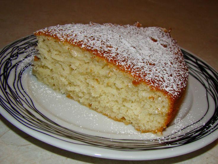 Ένα πολύ ιδιαίτερο και νόστιμο κέικ,γρήγορο στην παρασκευή του και χωρίς πολλά υλικά.Ένα κέικ γιαουρτιού με άρωμα λεμόνι και χωρίς την παρουσία αυγών και βουτύρου.Δοκιμάστε το! Υλικά: 2 κεσεδάκια γιαούρτι 1 1/2 κεσεδάκι ζάχαρη 1/2 κεσεδάκι σπορέλαιο 3 φλ. τσαγιού αλεύρι για όλες τις χ
