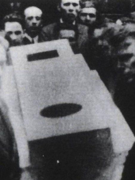 Похоронная процессия Малевича, супрематический гроб переносят Николай Суетин и другие. В верхней части фрагмента фотографии - Даниил Хармс. 1935.