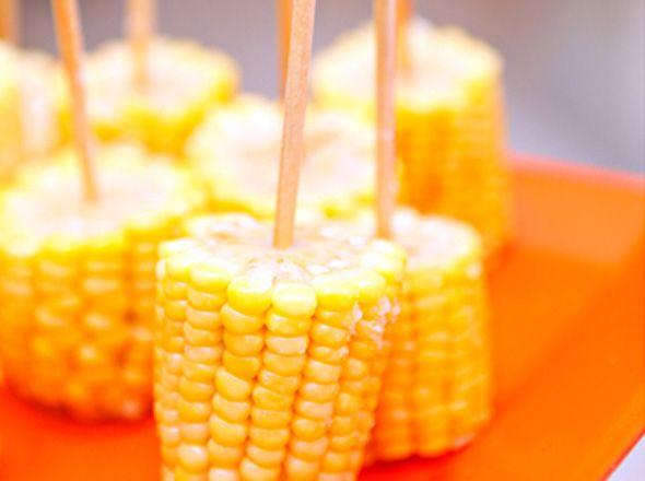 No palito, vocêtambém pode servir o milho cozido. A criançada AMA! Foto: Crédito: Miss Sugar (13)