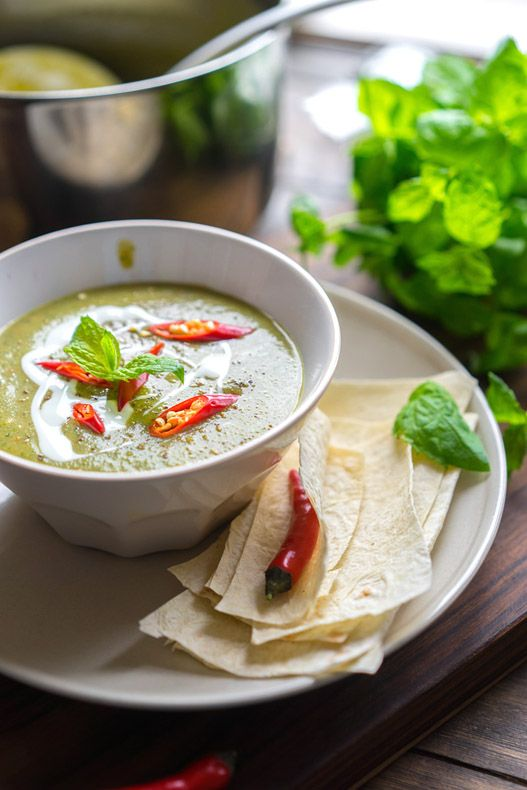 Суп-пюре из цукини с мятой Пожалуй, я не успокоюсь, пока не сделаю супы-пюре из всех возможных овощей на планете. Моя любовь случилась впервые с грибным супом. И пошло, поехало: тыква, цветная капуста, морковь и яблоки, грибы такие и сякие, томаты и так далее. Пришло время и для цукини. Главная фишка этого супа — он подойдёт...