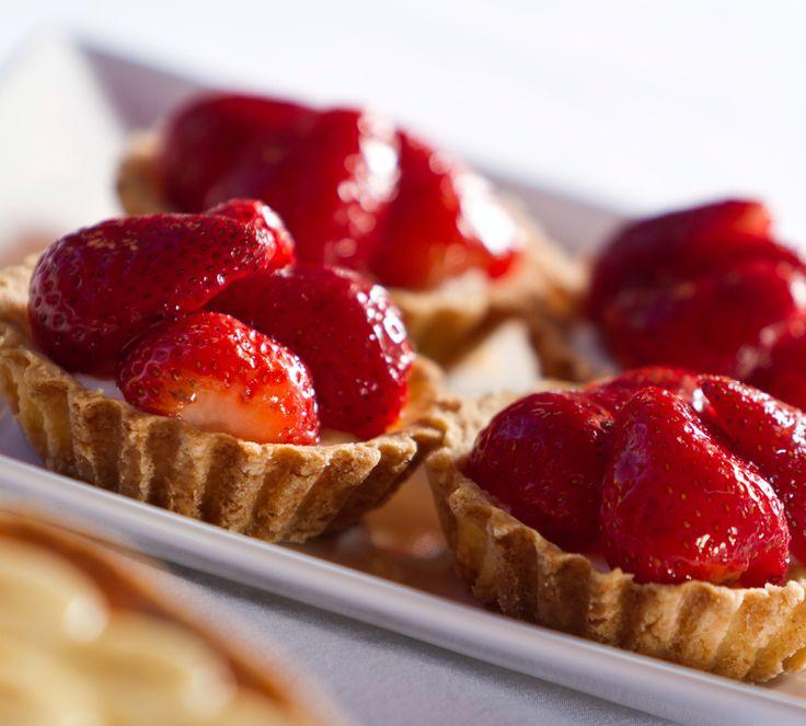 Es gibt kaum eine schönere Vereinigung von knackigem Mürbeteig, saftigen Erdbeeren und süßer Vanillecreme - und noch dazu ist dieses Rezept kinderleicht. http://www.fuersie.de/kochen/backrezepte/artikel/rezept-erdbeer-tartelettes