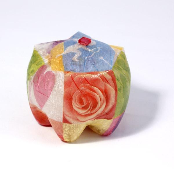 Cool liten presentask med hjärtan och blommor gjord av återvunnen 2 liters pet flaska. Roliga att ge bort med eller utan innehåll.