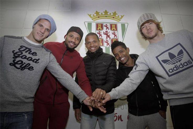 Bruno Zuculini, Bebé, Edimar, Héldon Ramos y Rene Krhin, posando pulgar en alto en el nuevo mosaico de la zona mixta de El Arcángel.