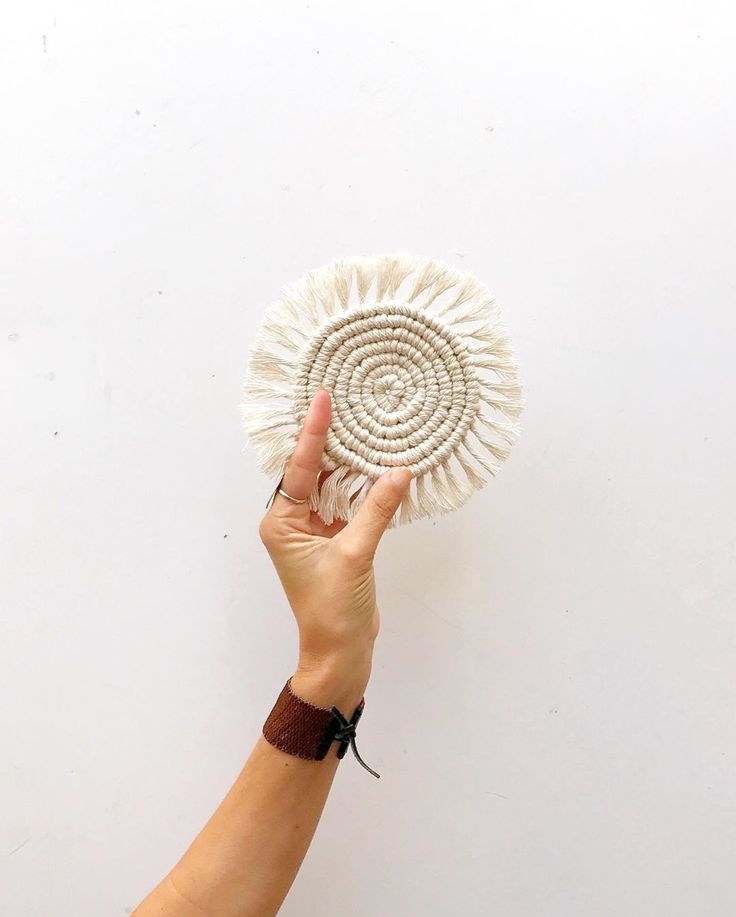 """Vero Alessandrini on Instagram: """"Y esta semana que llega nos vamos a enfocar  en este circulito . De los tutoriales más pedidos , después del portamacetas con flecos .…"""" Diy Crafts, Crochet, Creative, Handmade, Instagram, Ideas, Home, Bangs, Lets Go"""