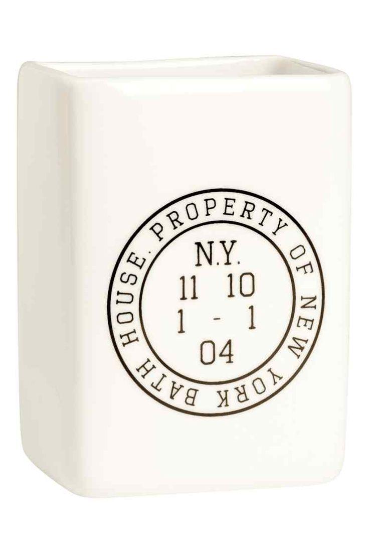 Vaso para cepillo de dientes: Vaso de cerámica para cepillos de dientes. Motivo estampado. Medidas 5x7x10 cm.