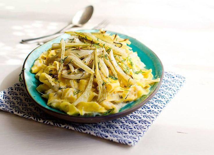 Middagen är räddad med den här snabba pastarätten med sparris och fänkål!