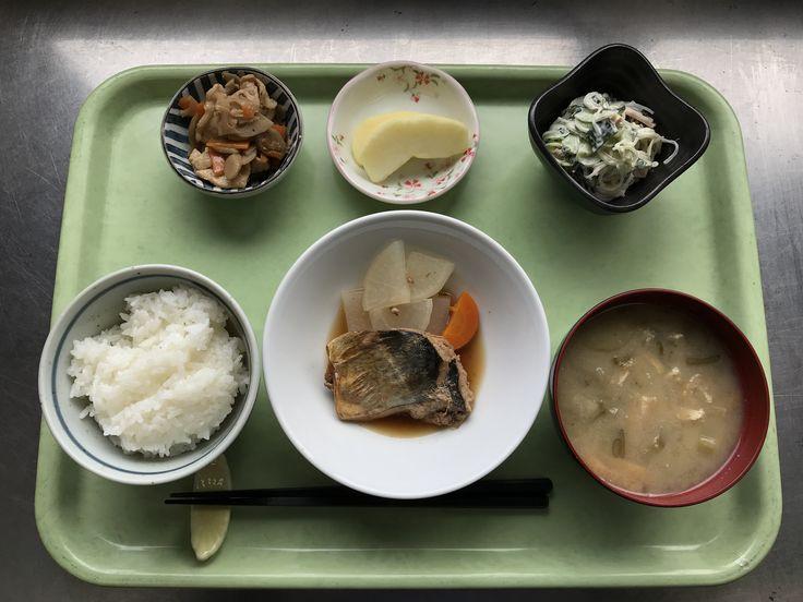 11月20日。さばの生姜煮、根菜炒め、春雨サラダ、茄子の味噌汁、りんごでした!さばの味噌煮が特に美味しかったです!614カロリーです