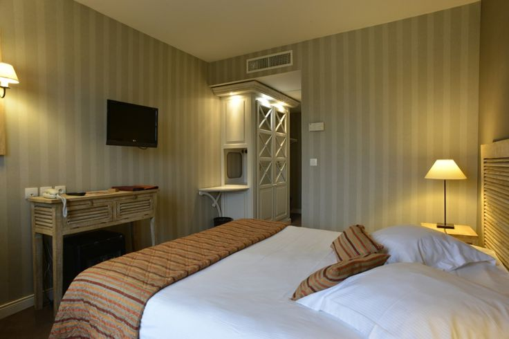 Hôtel Almoria - Chambres confortables pour profitez de votre séjour à Deauville en Normandie.  #hotel #normandie #normandy #deauville #chambre #bois #orange #confort #cosy #weekend #encouples #mer #borddemer #déco #decoration