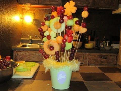 espero les haya gustado. cosas que utilize: *melon *melon verde *uvas *fresa *unicell/cosita para plantas *palitos para hacer brochetas *un recipiente(baldec...